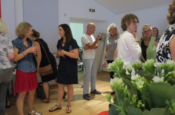 Teilnehmer der Feier zum Jubiläum unterhalten sich