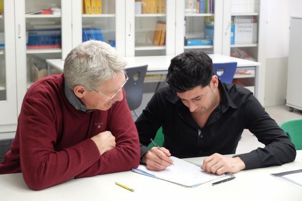 SchlaUSchule München - Lehrer mit Geflüchtetem