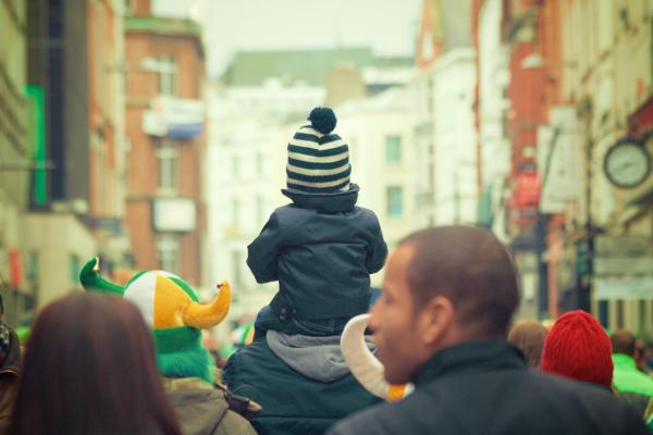 Kind huckepack auf friedlicher Demo