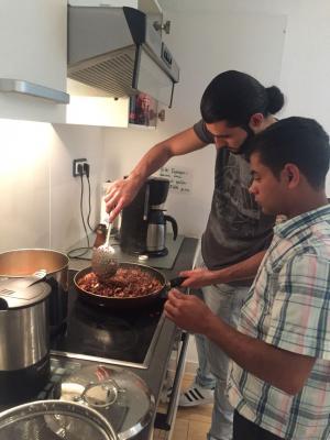 Geflüchtete Jugendliche kochen gemeinsam