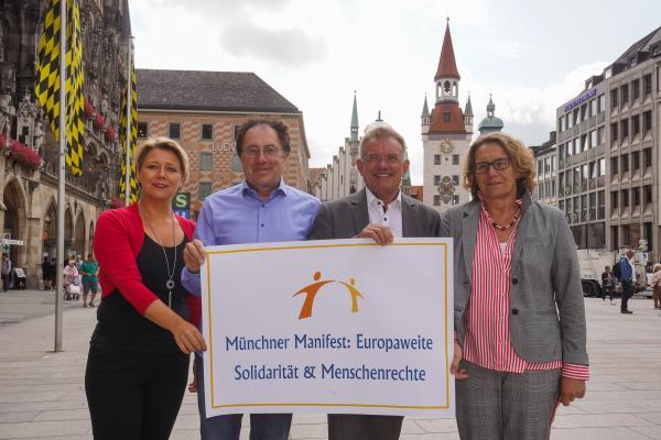 Foto mit Andrea Betz, Bernd Schreyer, Norbert J. Huber, Karin Majewski, Aktionsplakat Münchner Manifest haltend