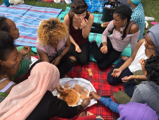 JUNOs machen gemeinsam ein Picknick