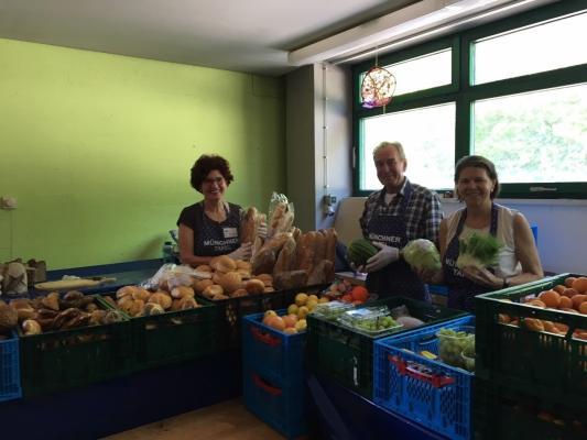 Ehrenamtliche Helfer bei der Lebensmittelausgabe in Fürstenried, München