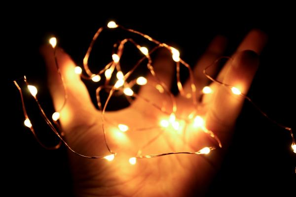 Lichterkette in einer Hand